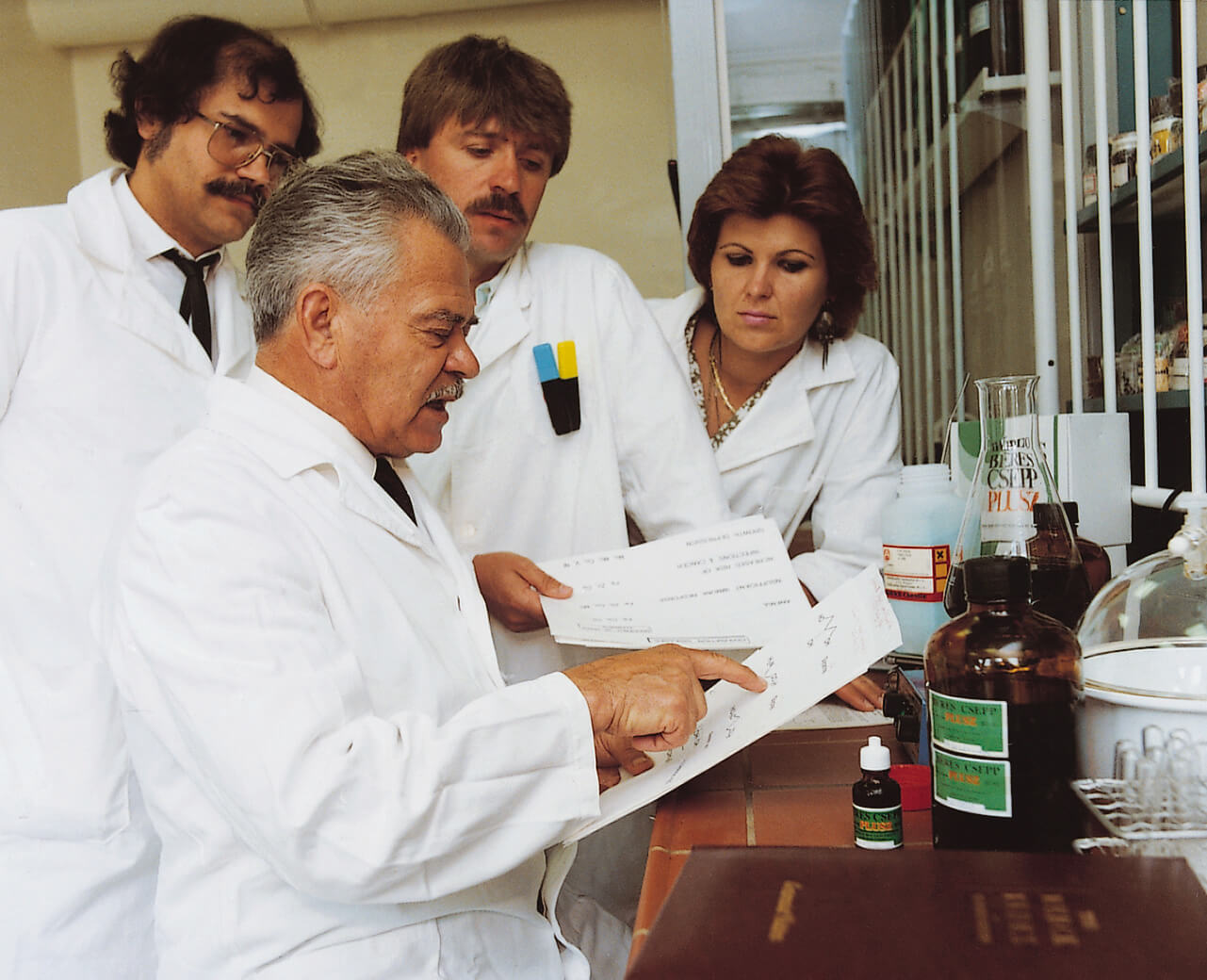 A Béres Rt. laboratóriumában fiával, Béres Klárával és dr. Lex Lászlóval (Budapest, 1990)
