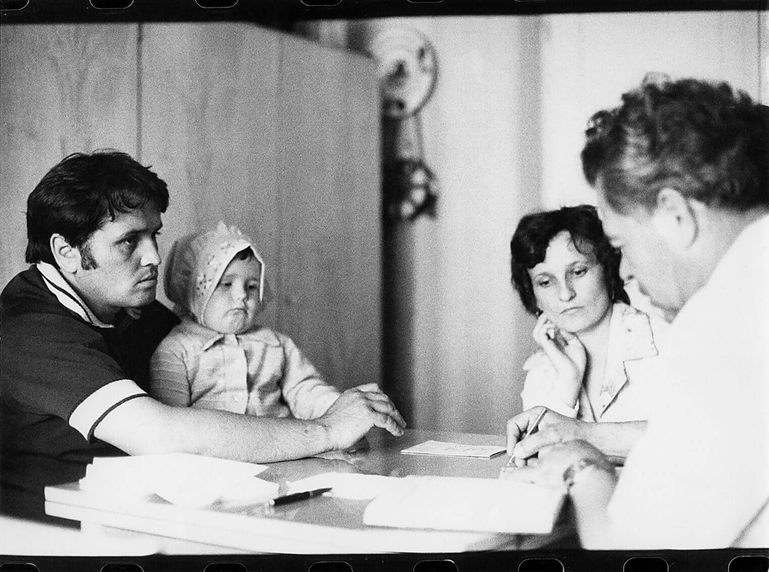 A feltaláló otthonában fogadja a betegeket (Kisvárda, 1975)