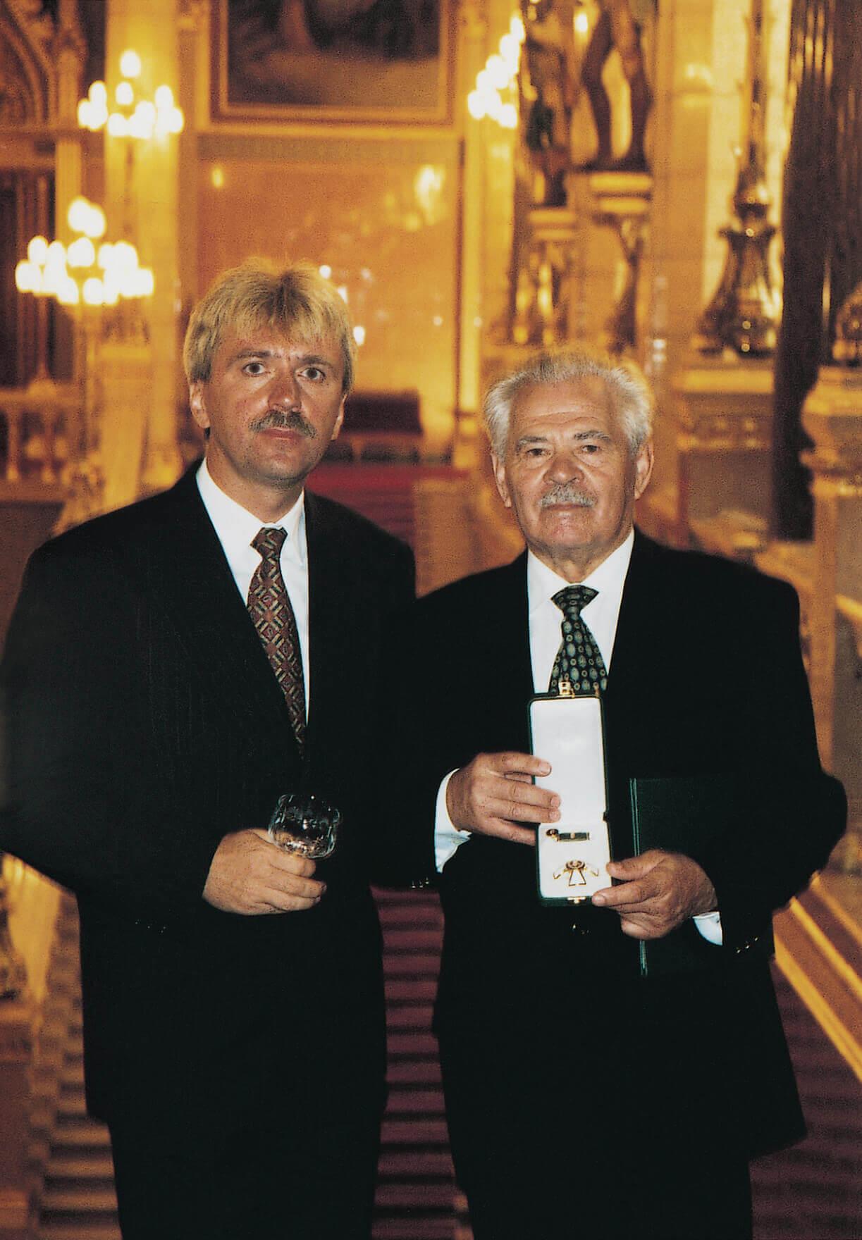 A Magyar Köztársasági Érdemrend Tisztikeresztje kitüntetés átvételekor fiával (Budapest, 1997)