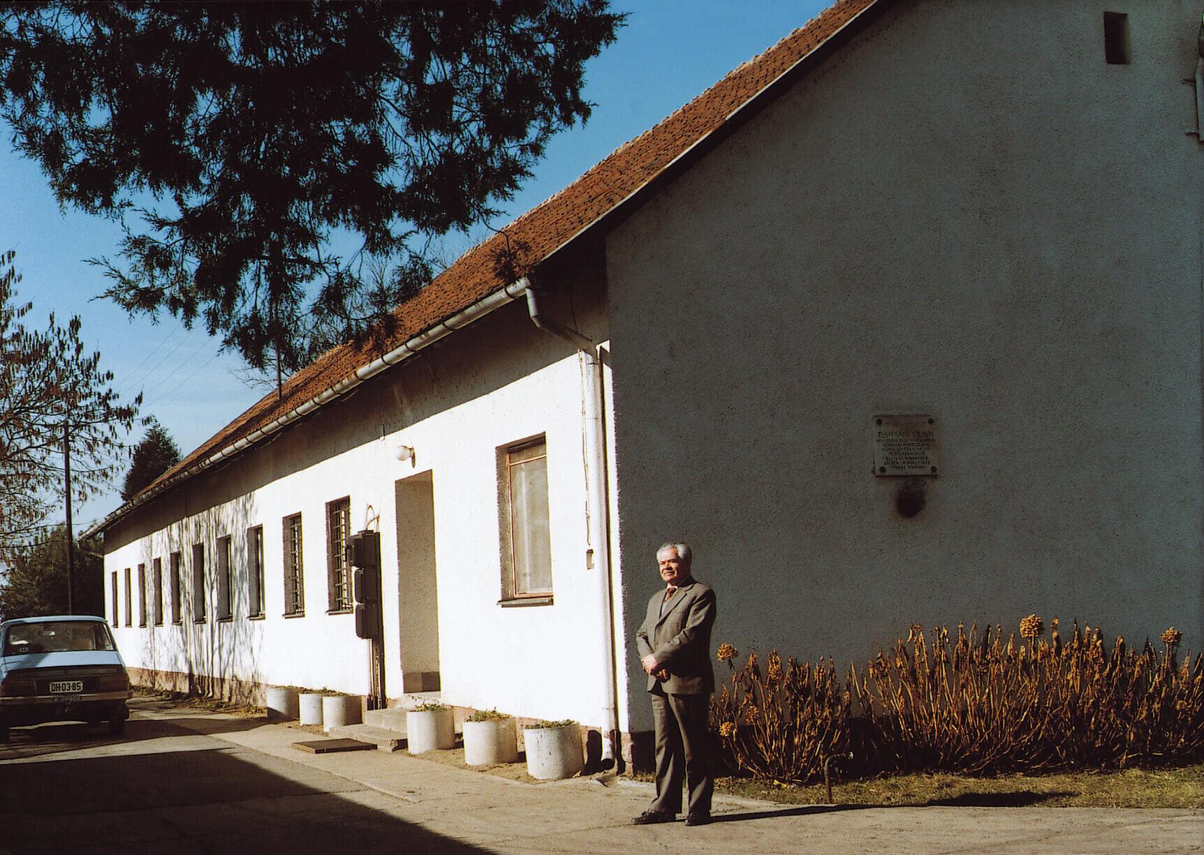 Az épület a kisvárdai Teichmann-telepen, amelyben 1964 óta dolgozott (1990)