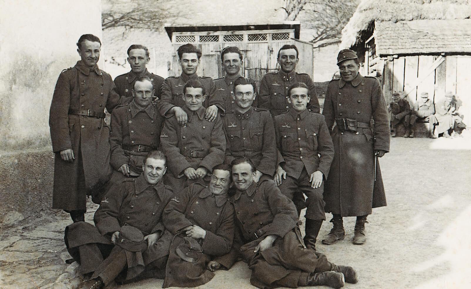 Őrvezetőként a bajtársakkal (Alsóverecke, 1942)