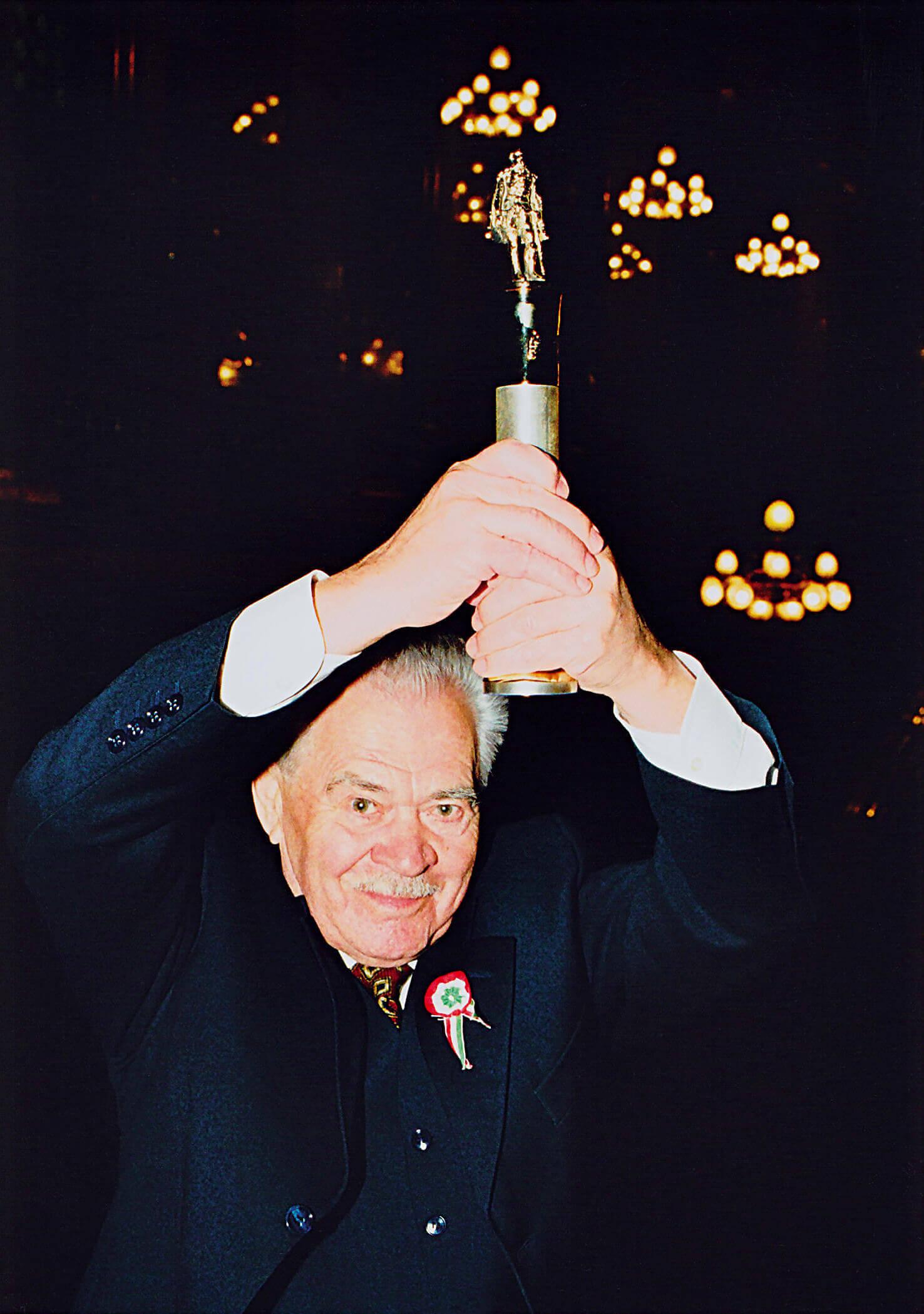 A legrangosabb tudományos elismeréssel, a Széchenyi-díjjal (Budapest, 2002)