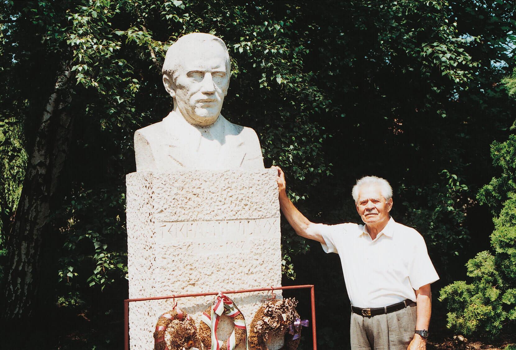 Mestere szobránál a Teichmann-telepen (1999)
