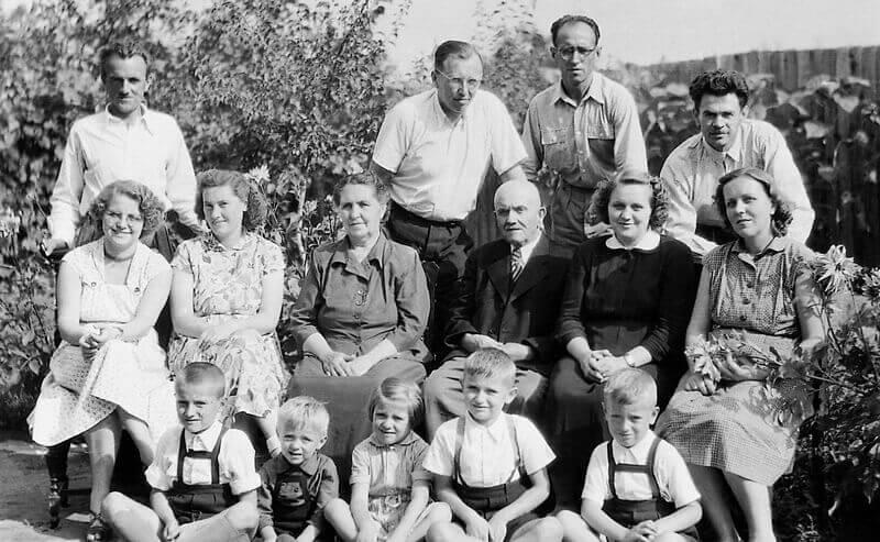 Családi körben, feleségével, gyermekeivel és felesége rokonaival (Kisvárda, 1956)